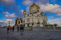 MOSKOU, RUSLAND 24 APRIL, 2018: Mensen die dicht bij Kerk van de Verlosserkathedraal lopen van Verrijzenis van Christus Het stock afbeelding