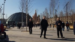 Moskou, Rusland - April 14 2018 mensen die in park Zaryadye lopen stock footage