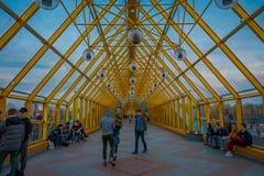 MOSKOU, RUSLAND 24 APRIL, 2018: Openluchtmening van niet geïdentificeerde mensen die binnen van Krasnoluzhsky-brug over lopen Royalty-vrije Stock Fotografie