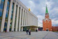 MOSKOU, RUSLAND 24 APRIL, 2018: Openluchtmening van niet geïdentificeerde mensen die in een vierkant met een Spasskaya-erachter t stock fotografie