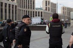 MOSKOU, RUSLAND - APRIL 30, 2018: Politieagenten in het kordon Een verzameling op Sakharov-Weg tegen het blokkeren van het Telegr Royalty-vrije Stock Fotografie