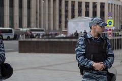 MOSKOU, RUSLAND - APRIL 30, 2018: Politieagenten in het kordon Een verzameling op Sakharov-Weg tegen het blokkeren van het Telegr Stock Fotografie
