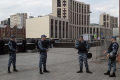 MOSKOU, RUSLAND - APRIL 30, 2018: Politieagenten in het kordon Een verzameling op Sakharov-Weg tegen het blokkeren van het Telegr Royalty-vrije Stock Foto