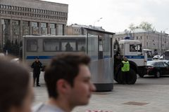 MOSKOU, RUSLAND - APRIL 30, 2018: Politiebussen in het kordon Een verzameling op Sakharov-Weg tegen het blokkeren van het Telegra Royalty-vrije Stock Foto's