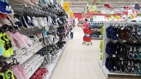 Moskou, 21 Rusland-April 2018 verkoop van schoenen in Auchan-opslag stock footage