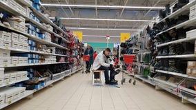 Moskou, 21 Rusland-April 2018 verkoop van schoenen in Auchan-opslag stock video