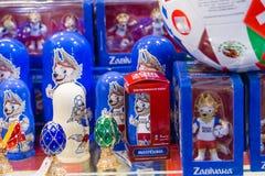 MOSKOU, RUSLAND - APRIL 30, 2018: Zabivaka is de officiële mascotte van de mundial Wereldbeker van FIFA van 2018 De plank van de  Royalty-vrije Stock Foto's