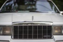 MOSKOU, RUSLAND - AUGUSTUS 26, 2017: Close-up van Lincoln-autogrill en beroemd embleem op lichte uitstekende auto Hood Ornament Stock Afbeeldingen