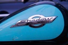 MOSKOU, RUSLAND - AUGUSTUS 17, 2018: De Schaduw Amerikaanse Klassieke Uitgave van motorfietshonda Mening aan de kant van de gasho stock foto's