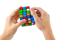 MOSKOU, RUSLAND - Augustus 31, 2014: Handen en de kubusraadsel van Rubik ` s Royalty-vrije Stock Foto