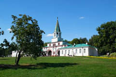MOSKOU, RUSLAND - AUGUSTUS 23, 2015: het belangrijkste ensemble de poort van de koning in het Park Kolomenskoye Royalty-vrije Stock Foto