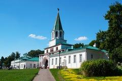 MOSKOU, RUSLAND - AUGUSTUS 23, 2015: het belangrijkste ensemble de poort van de koning in het Park Kolomenskoye Royalty-vrije Stock Foto's