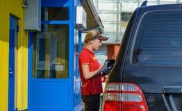 Moskou, Rusland - Augustus 2, 2017: Mcdonald` s arbeider die een orde van klant in de aandrijving van McDonald ` s door de dienst Royalty-vrije Stock Afbeelding