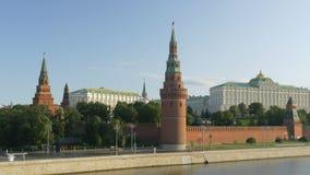 Moskou, Rusland, 28 Augustus, 2017: Mening van het Kremlin van de Grote de Rivierbrug van Moskou, op de dijk van het Kremlin stock videobeelden