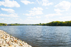 MOSKOU, RUSLAND - AUGUSTUS 23, 2015: Moskou-rivier en het steenstrand in Kolomenskoye Stock Afbeeldingen