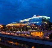 MOSKOU, RUSLAND - AUGUSTUS 05, 2017: Nachtmening van de nieuwe bureaubouw in Moskou Stock Foto