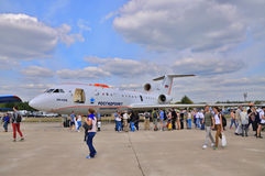 MOSKOU, RUSLAND - AUGUSTUS 2015: passagiersstraal jak-42 slaat presente in elkaar royalty-vrije stock afbeelding