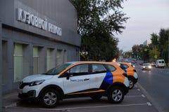 MOSKOU, RUSLAND - AUGUSTUS 17, 2018: Renault Captur, oversteekplaats die van auto Yandex-Aandrijving delen is beschikbaar voor hu stock foto's