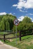 MOSKOU, RUSLAND - AUGUSTUS 23, 2015: verbiedend teken: de passage met honden is belemmerd Royalty-vrije Stock Fotografie