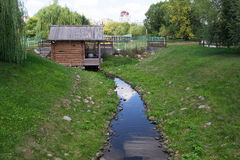 MOSKOU, RUSLAND - AUGUSTUS 23, 2015: vernieuwde oude molen op de rivier Zhuzha Royalty-vrije Stock Afbeeldingen