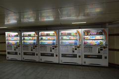 MOSKOU, RUSLAND - 17 06 2015 Automaten Japanse bedrijven DyDo voor dranken in een onderdoorgang Royalty-vrije Stock Fotografie