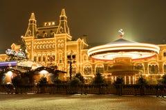 Moskou, Rusland Carrousel met Verlichting dichtbij GOMvoorgevel op Rode Sq stock foto's