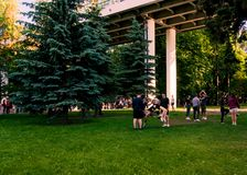 Moskou, Rusland-06 01 2019: cheerleaders die in het park op het gras opleiden royalty-vrije stock afbeeldingen