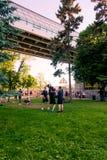 Moskou, Rusland-06 01 2019: cheerleaders die in het park op het gras opleiden royalty-vrije stock fotografie