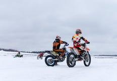 MOSKOU, RUSLAND: De jaarlijkse MX-Speedwaybaan 2015 van de concurrentieruiters Stock Fotografie