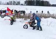MOSKOU, RUSLAND: De jaarlijkse MX-Speedwaybaan 2015 van de concurrentieruiters Stock Foto
