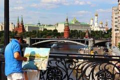 Moskou, Rusland De kunstenaar op het werk royalty-vrije stock fotografie