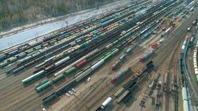 MOSKOU, RUSLAND - DE LENTE VAN 2019: Luchtvlieg van treinsporen op spoorweg De luchtvideo toont groot treindepot met vele treinen