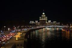 Moskou, Rusland De mening over de wolkenkrabber van Stalin op de Kotelnicheskaya-dijk stock fotografie