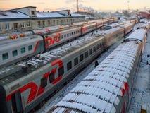 MOSKOU, RUSLAND, 13 DEC, 2016: De wintermening van hierboven over bussen van de passagierstreinen van TVZ de Russische bij ondero Stock Foto's
