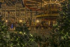Moskou, Rusland 22 Dec 2018 Kerstmismarkt op Rood Vierkant, carrousel in de sneeuwnacht royalty-vrije stock afbeeldingen