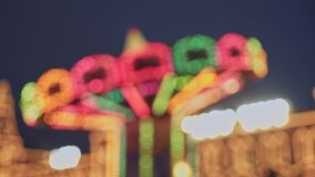 MOSKOU, RUSLAND - DECEMBER 6: Abstracte achtergrond met vage carrousel bij de Kerstmismarkt in de stad van Moskou stock videobeelden