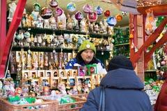 Moskou, Rusland - December 21, 2017: Bejaarde Verkopersmens in Rusland Royalty-vrije Stock Afbeeldingen