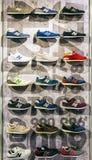 MOSKOU, 21 RUSLAND-DECEMBER 2016: De atletische schoenen van New Balance  Stock Fotografie