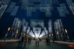 MOSKOU, RUSLAND - DECEMBER 25, 2016: De belangrijkste die steeg van VDNKH met Kerstmis wordt verfraaid steekt de nacht vóór Nieuw Royalty-vrije Stock Foto's
