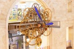 MOSKOU, RUSLAND - DECEMBER 1, 2018: De grote klok van de steampunkmuur in de Winkel van Centrale Kinderen Steampunktoestel, mecha royalty-vrije stock fotografie