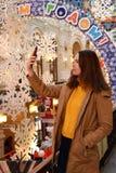 Moskou, Rusland - December 16, 2018: De jonge vrouw neemt selfies in de GOM van de het Ministerie van Buitenlandse Zakenopslag va stock afbeeldingen