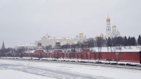 Moskou, Rusland - December, 2018: De langzame motie van de muur van het Kremlin schoot van brug in de wintertijd met zich auto's  stock footage