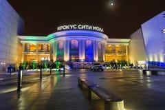 Moskou, Rusland - December 10 2016 De Stadswandelgalerij van de winkelcentrumkrokus in Krasnogorsk bij nacht royalty-vrije stock afbeelding