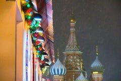 MOSKOU, RUSLAND - DECEMBER 06, 2017: Decoratie voor Nieuwjaar en vakantie Multicolored slinger tijdens sneeuwval, stock afbeelding
