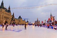 MOSKOU, 7 RUSLAND-DECEMBER, 2016: Het ijs van Moskou het schaatsen piste op Rood Royalty-vrije Stock Foto's