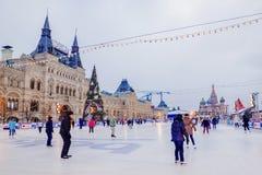 MOSKOU, 7 RUSLAND-DECEMBER, 2016: Het ijs van Moskou het schaatsen piste op Rood Royalty-vrije Stock Foto