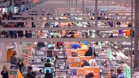 MOSKOU, RUSLAND - DECEMBER, 25, 2016 Het reusachtige gebied van de supermarktcontrole Telelensschot Stock Foto's