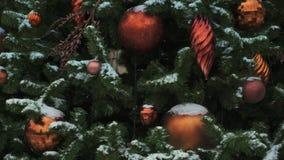 MOSKOU, RUSLAND - DECEMBER 6: Het rode Kerstmisbal hangen op spar in Moskou stock videobeelden