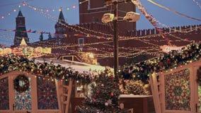 MOSKOU, RUSLAND - DECEMBER 6: Kerstmismarkt op Rood Vierkant in Moskou, het Kremlin op achtergrond Pan die van de markt van Mosko stock footage