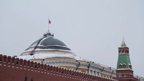 Moskou, Rusland - December, 2018: Langzame motie die van Russische vlag op de achtergrond van grijze hemel golven stock video